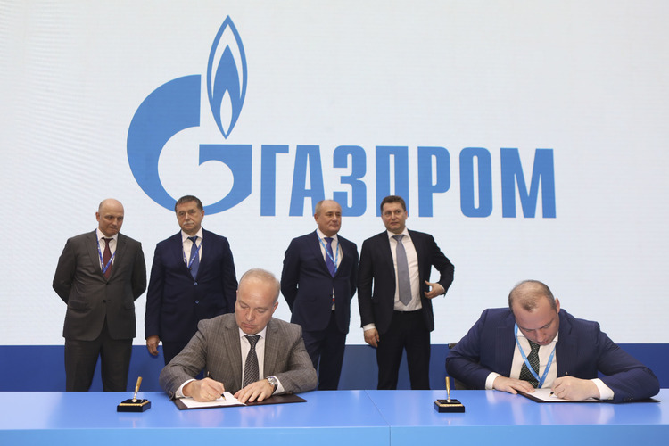 Agreement on basic terms for acquisition of REP Holding signed by Igor Zhilkin, Managing Director of GPB Asset Development, and Denis Fyodorov, Director General of Gazprom Energoholding, at 9th St. Petersburg International Gas Forum